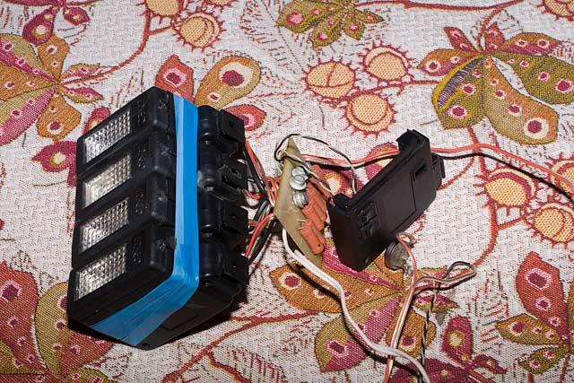 Электроника ФЭ-27 Сетевая накамерная вспышка.  Напряжение на синхроконтакте - 300 вольт.  Ведущее число - 27 Питание...
