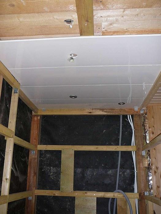 Потолок в ванной из панелей своими руками 94