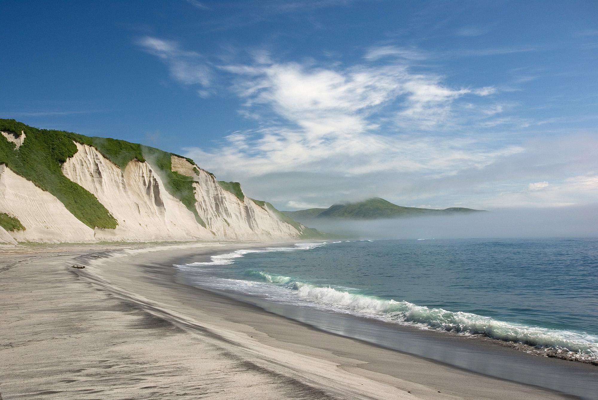 Белые скалы на острове Итуруп, Курилы, Россия