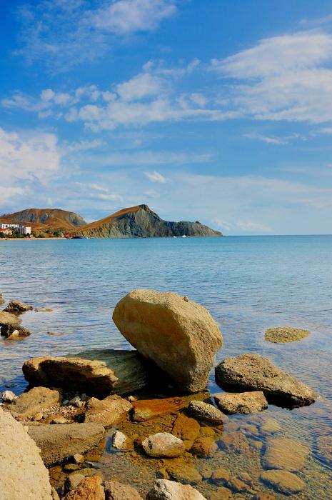 Пляж красные камни фото