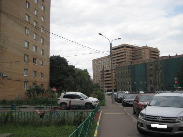 участок дороги на ул. Льва Толстого с новым освещение.  С сер.  90- на первом и втором столбе работали ЖКУ03-250...